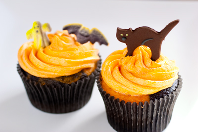 Ghoulishly Orange and Black Halloween Cupcakes on http://www.theculinarylife.com